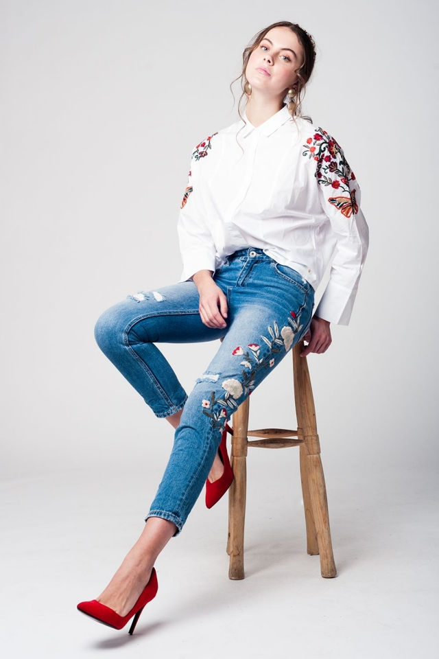 Denim trousers with flower embroidery and knee rips