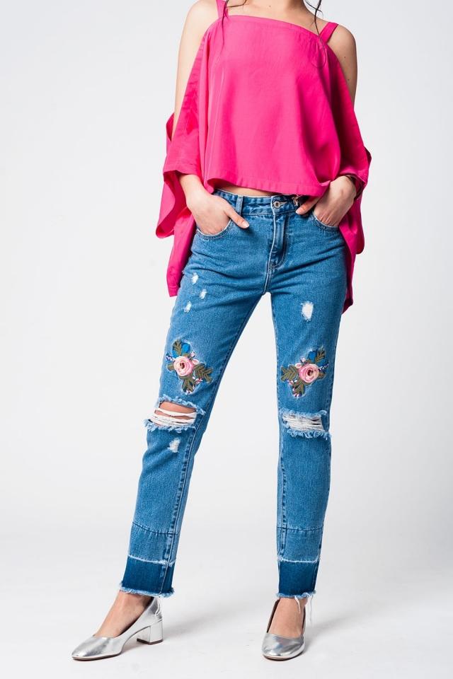Vaquero con roturas y bordados de rosas