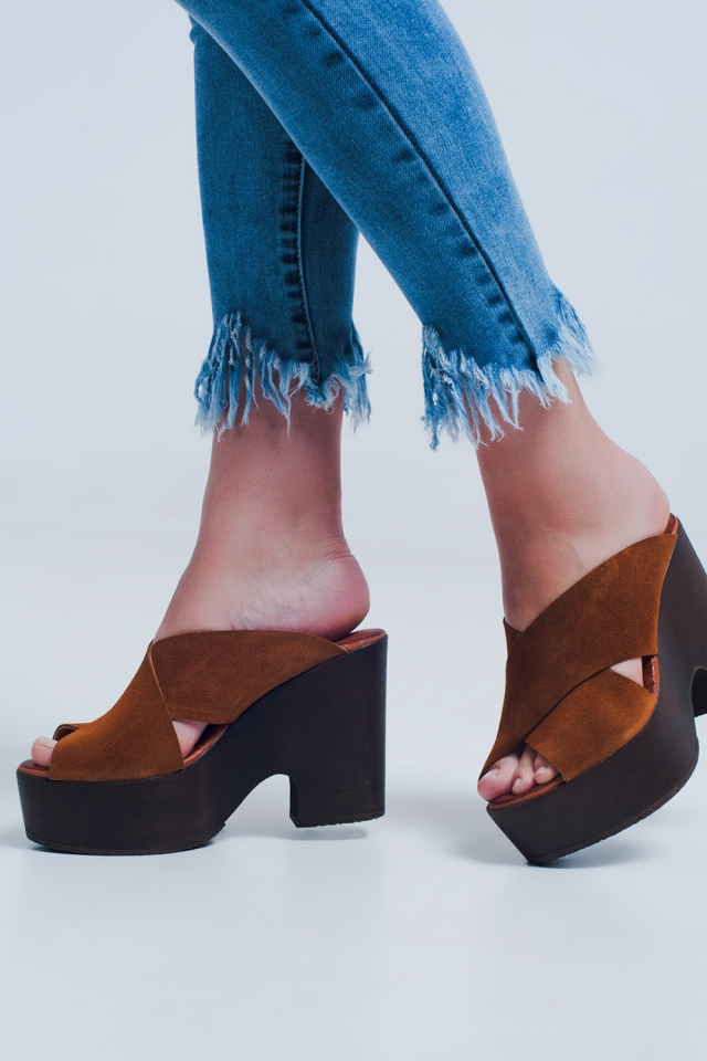 High heels with camel crossed straps