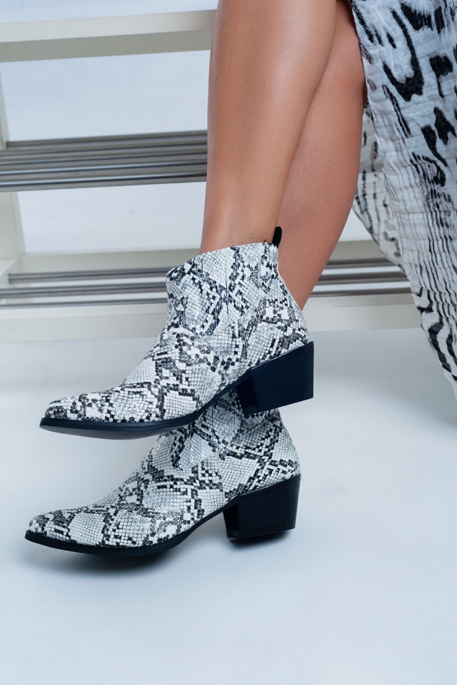 Boots in white snake print