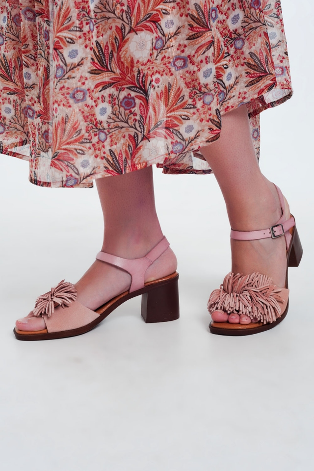Heeled sandals with ruffles in pink