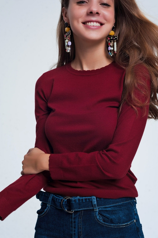 Maroon sweatshirt with long sleeves and round neckline