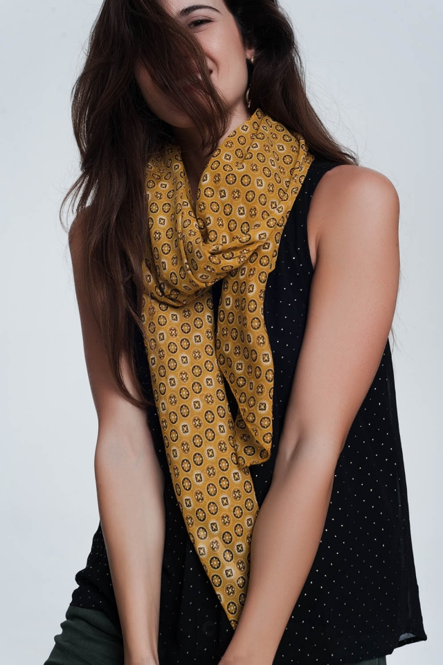 Mostard-colored scarf with a print of  circles