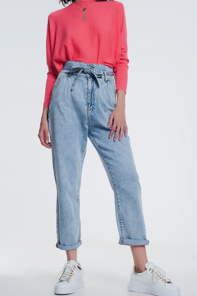 Straight cut jeans in light denim with belt