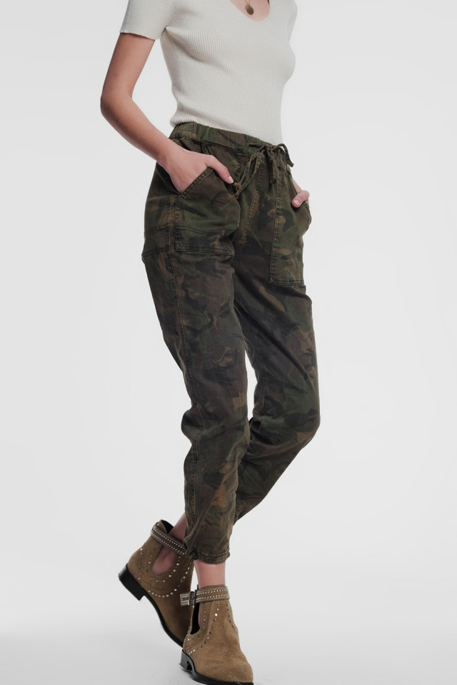 Khaki boyfriend jeans with army print