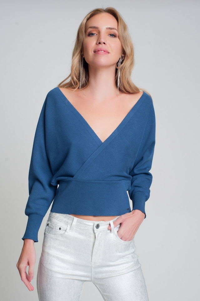 Knitted sweater with V-neck wrapped in blue